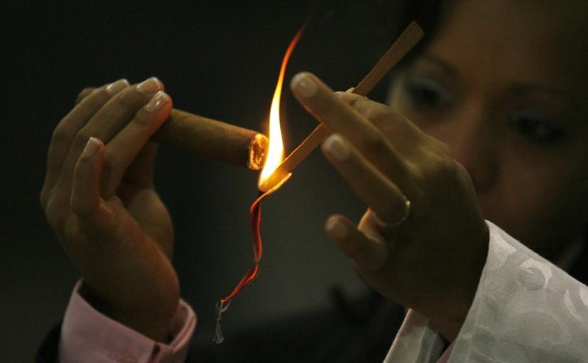 подкуривать сигары, как раскуривать сигары