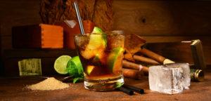 Cuba Libre mit Zigarren und Eiswrfel